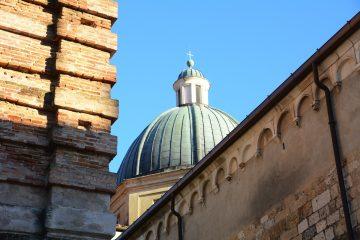 Pietrasanta è un borgo in Versilia tra le Alpi Apuane e il mare.Famosa per il marmo, è una delle mete da visitare più affascinanti della zona