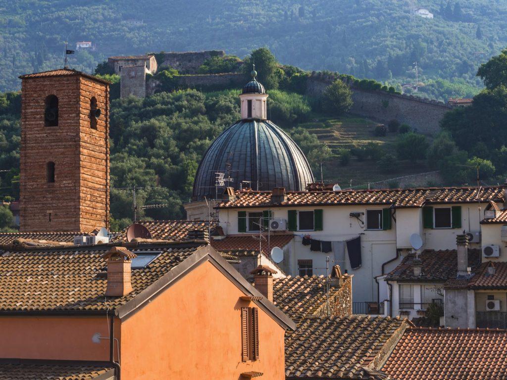 Pietrasanta è un borgo in Versilia tra le Alpi Apuane e il mare. Famosa per il marmo, è una delle mete da visitare più affascinanti della zona.