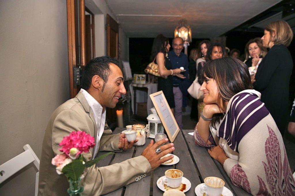 Damiano Memmola, lettore di fondi di caffè, ha animato la VI^ Supper Club TuscanyPeople leggendo il futuro nel caffè Pagnini made in Tuscany