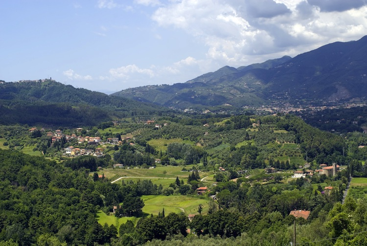 Camaiore è un antichissimo borgo della Versilia. Ubicato tra le Alpi Apuane e il mare è il luogo ideale per rilassanti vacanze in Toscana