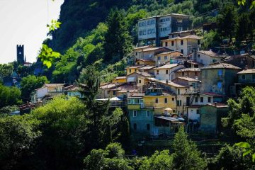 Nella Valle di Camaiore, vicino all'omonimo borgo toscano in Versilia, oltre alla natura delle Alpi Apuane si trovano molti borghi medievali