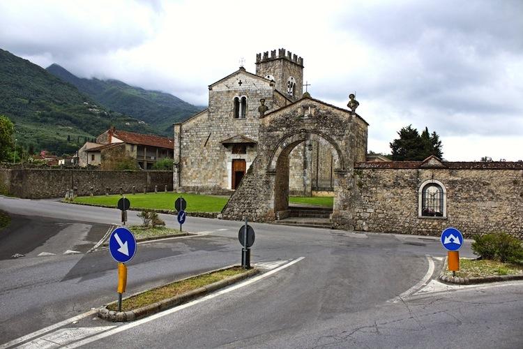 Camaiore è un antichissimo borgo della Versilia. Ubicato tra le Alpi Apuane e il mare è il luogo ideale per rilassanti vacanze in Toscana.