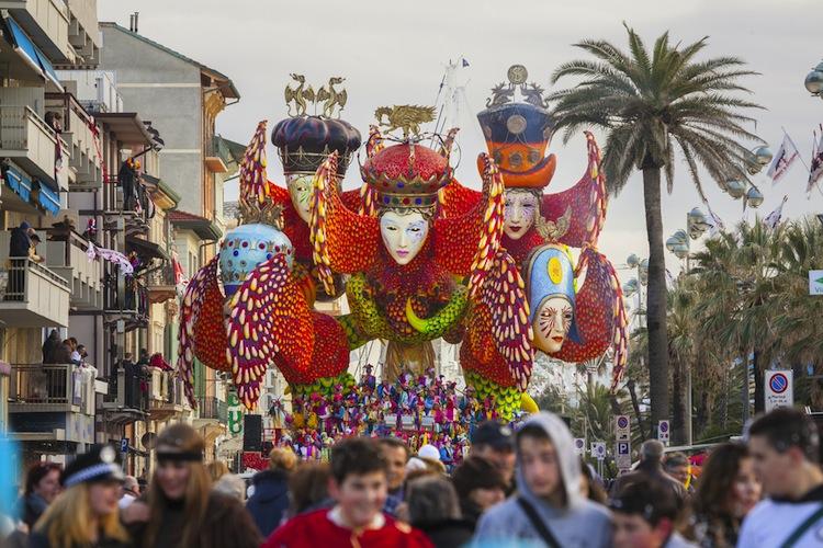 """Viareggio è una cittadina toscana, detta la """"perla della Versilia"""". Dalla fine dell' 800 è la meta di eccellenza delle vacanze estive toscane."""