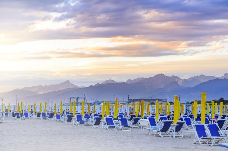 """Viareggio è una cittadina toscana, detta la """"perla della Versilia"""". Dalla fine dell'800 è la meta di eccellenza delle vacanze estive toscane"""