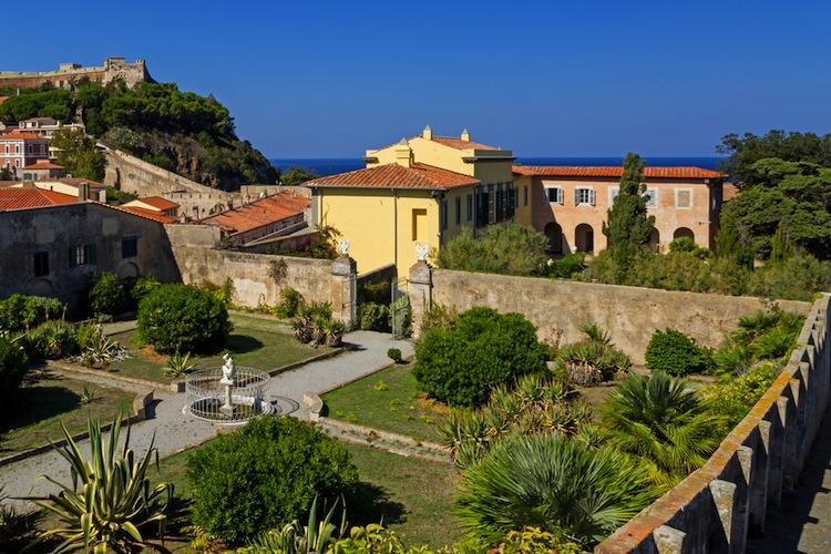 I comuni dell'Isola d'Elba sono 8, tutti diversi l'uno dall'altro, ognuno con le sue tradizioni, il suo dialetto e luoghi magici da scoprire