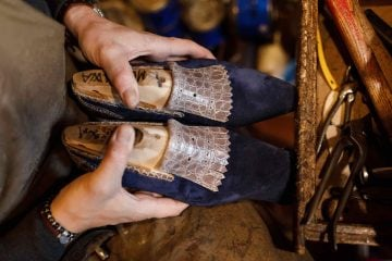 Roberto Ugolini è un vero artigiano fiorentino delle scarpe su misura. Cresciuto tra le botteghe del centro è oggi un vero genio calzolaio