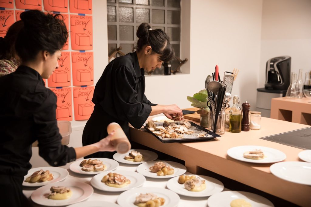 Kitchen Wishes è il Catering Contemporaneo e fresco, 100% made in Tuscany che ha curato la VII^ Supper Club di TuscanyPeople. Intervista alle chef Giulia e Elena.