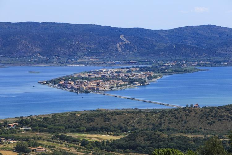 Orbetello, borgo toscano che sorge di fronte al Monte Argentario, nasce in epoca etrusca è oggi uno dei centri del turismo made in Tuscany.