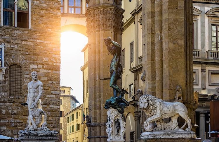 Piazza della Signoria è uno dei luoghi simbolo di Firenze.In assoluto una delle piazze più conosciute al mondo, racchiude tesori inestimabili