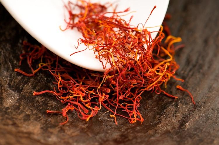 La coltivazione dello zafferano in Toscana ha lunga tradizione: dal Medioevo a oggi seguiamo l'oro rosso del Medio Oriente nel made in Tuscany.