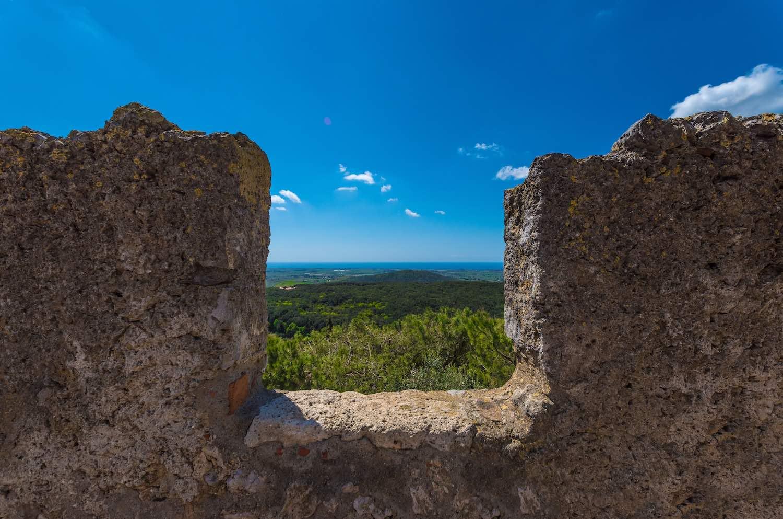 Capalbio, in provincia di Grosseto, è il comune più a sud della Toscana. Ricco di storia e cultura, capitale della Maremma, è chiamato la Piccola Atene.