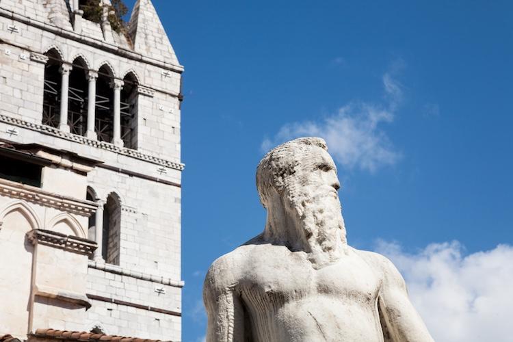 Famosa per la sua imponente Rocca dei Malaspina e per la sua coloratissima Piazza degli Aranci, Massa è una tappa obbligata per il viaggiatore che voglia conoscere le Alpi Apuane