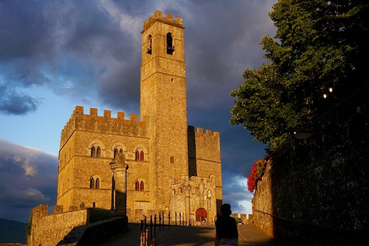 Storie dei più famosi fantasmi in Toscana: di Bettino Ricasoli nel Castello di Brolio, a Dianora di Toledo nella villa di Cafaggiolo in Mugello, dalla contessa Matelda nel Castello dei Conti Guidi a Poppi a Baldaccio d'Anghiari nel Castello di Sorci fino a Aloisia Malaspina nel castello di Fosdinovo.