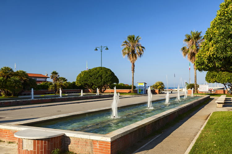 Il pontile attuale, in cemento armato, è lungo 275 metri e va ad allargarsi da 5 a 8 metri. In ricordo della Mancina si erge un monumento di marmo che contiene i pochi pezzi della gru recuperate dal mare.