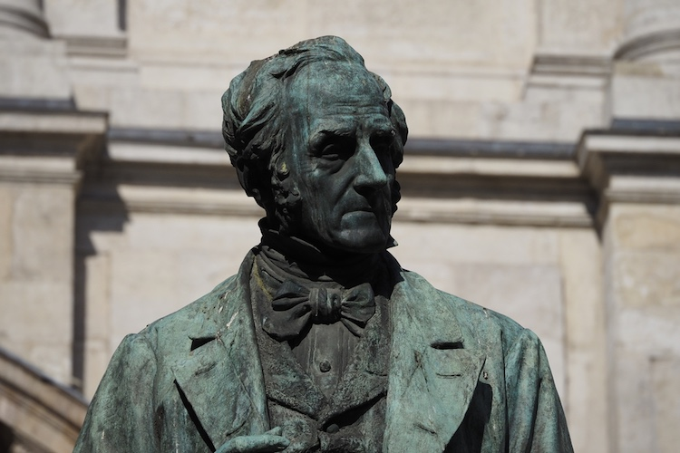 3 settembre 1827, Gabinetto Vieusseux di Firenze. Alessandro Manzoni presenta I Promessi Sposi: tra il pubblico un giovane Giacomo Leopardi