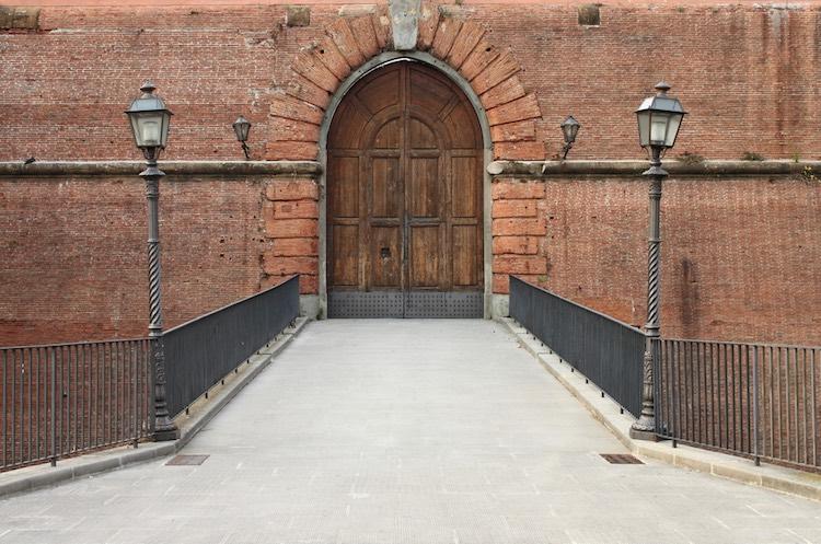 La Fortezza da Basso è una dei due edifici sorti con ruolo difensivo della città di Firenze. Struttura dalla forma pentagonale, descritta anche dal marchese de Sade, la Fortezza da Basso di Firenze è oggi la sede di Firenze Fiera
