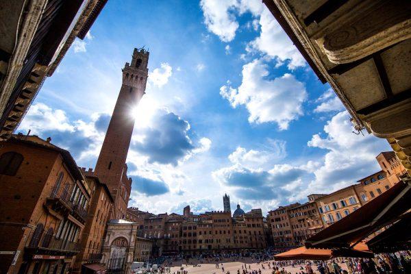 Un tour di Siena in 3 giorni per scoprire le bellezze artistiche della città toscana a forma di chiocciola. Da Piazza del Campo, all'Antico Spedale di Santa Maria della Scala, dalla Pinacoteca all'Orto dei Pecci, dal Battistero alla Cattedrale