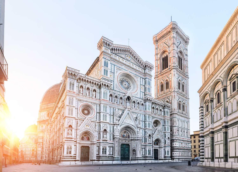 Santa Maria del Fiore, il Campanile di Giotto e il Battistero in Piazza Duomo a Firenze all'alba