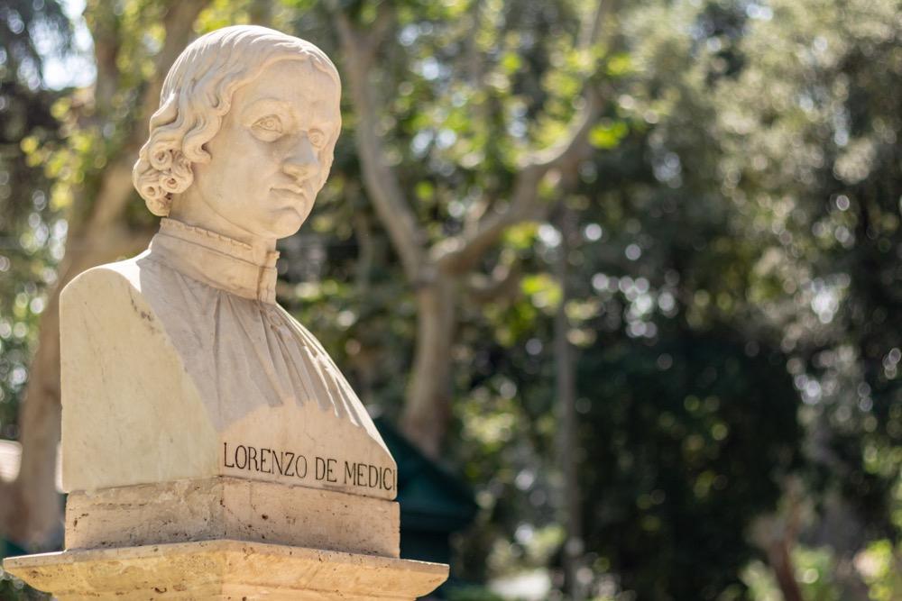 La statua di Lorenzo dei Medici in un parco a Roma