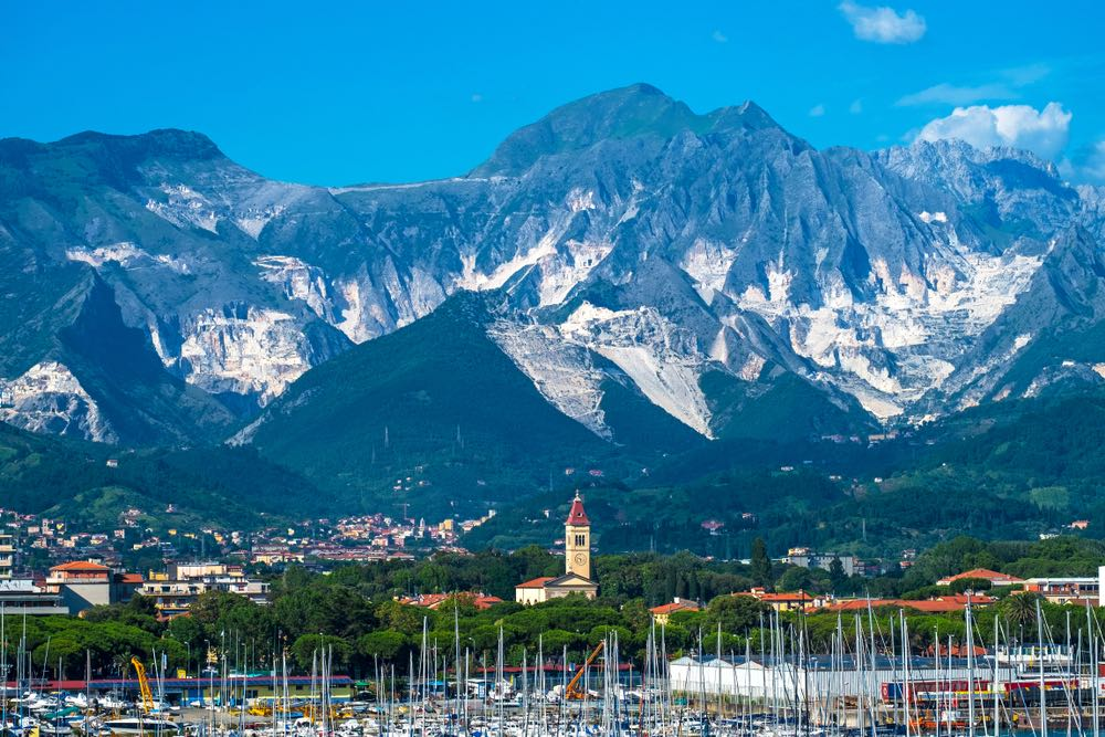 Marina di Carrara e le Alpi Apuane