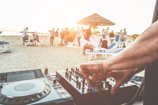 I locali della Versilia, soprattutto quelli sul mare, rappresentano il perfetto connubio tra location, cibo e musica. Provare per credere