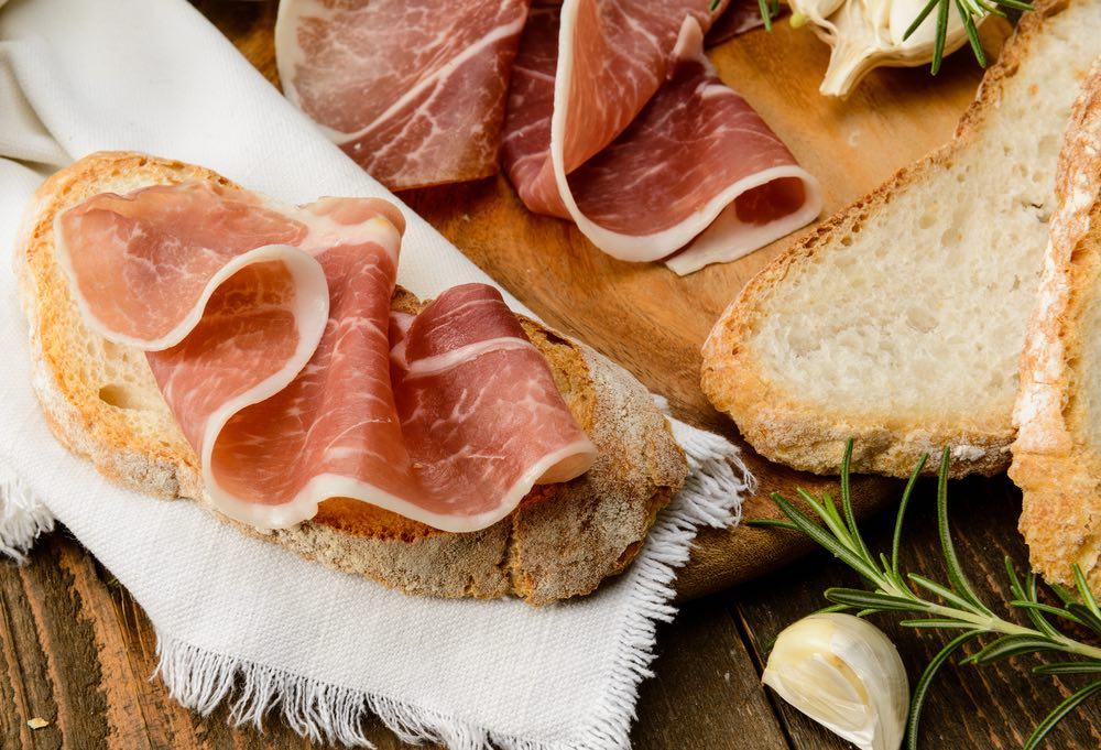 Il Prosciutto Toscano DOP è una delle 16 Denominazioni di Origine Protetta toscane prodotto e consumato sulle tavole fin dai tempi dei Medici