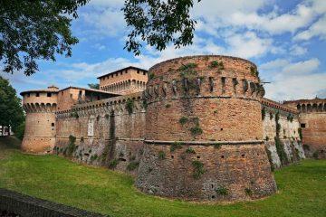 Caterina Sforza, Signora di Imola e Forlì, è un'importante figura del Rinascimento. 3 matrimoni e 8 figli tra cui Giovanni dalle Bande Nere