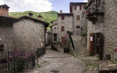Raggiolo, nel comune di Ortignano Raggiolo (Arezzo) in Casentino, è uno dei 23 borghi più belli d'Italia che si trovano in Toscana