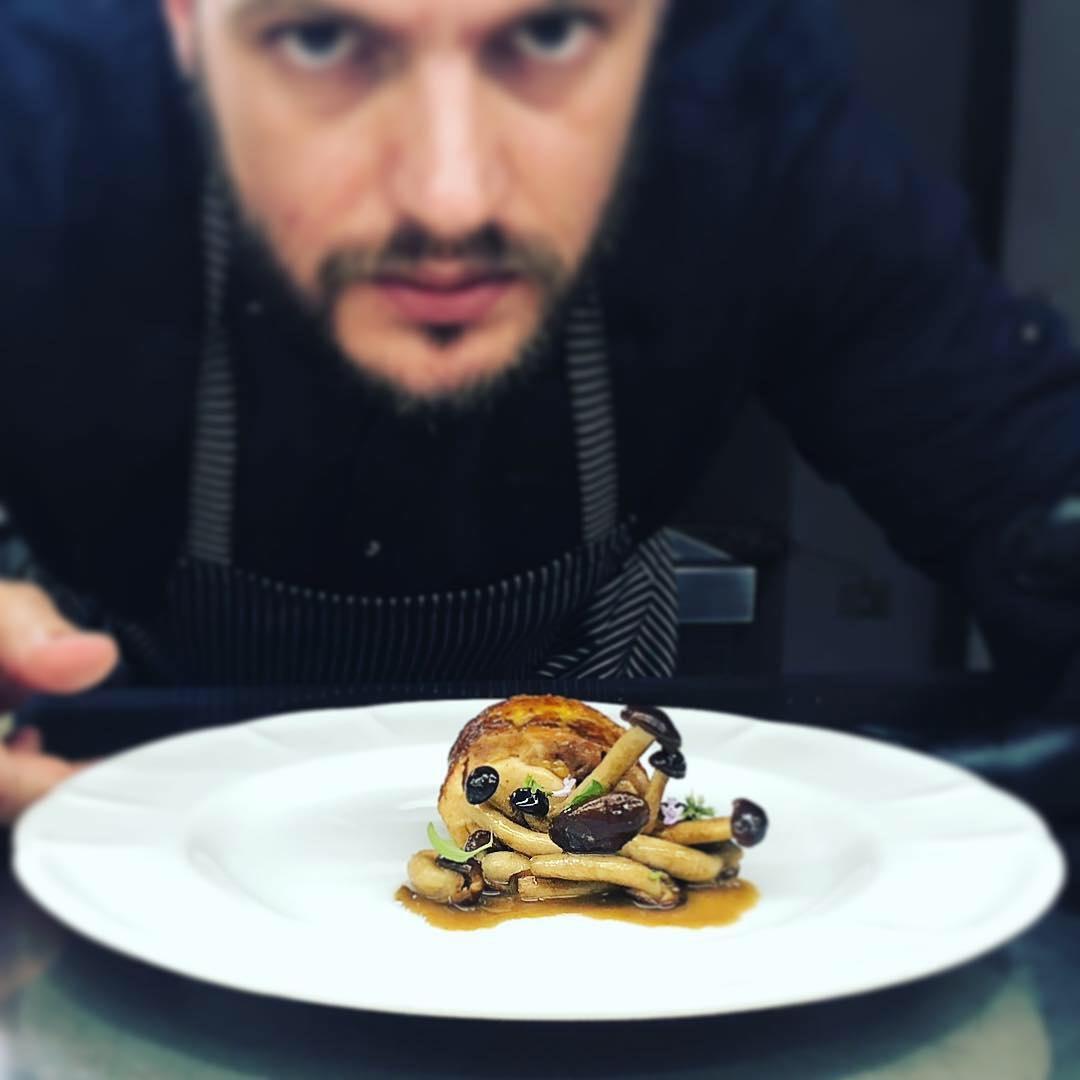 Edoardo Tilli è lo chef di Podere Belvedere, uno dei migliori ristoranti nei dintorni di Firenze, circondato dalle vigne del Chianti Rufina