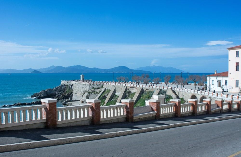 Piombino è una delle più antiche città toscane. Affacciata sull'omonimo canale, vanta una vista privilegiata sull'Arcipelago Toscano