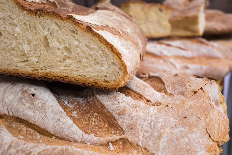 Perché in Toscana il pane è senza sale? 4 teorie provano a spiegare il mistero culinario, risalendo indietro nel tempo fino agli Etruschi.
