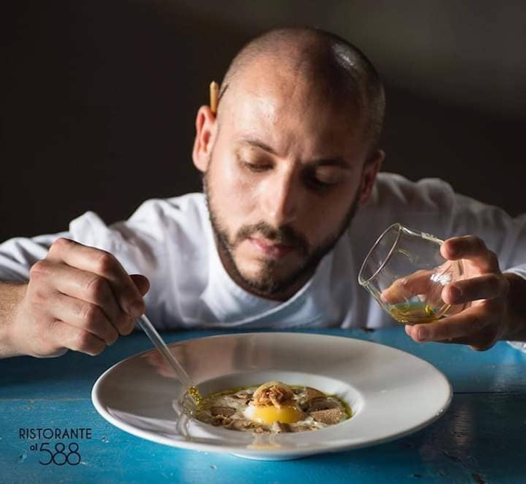"""Andrea Perini, giovane chef fiorentino del ristorante Al588, Resort Borgo I Vicelli, è stato eletto Ristoratore dell'Anno dalla guida """"Flos Olei"""" per l'anno 2019."""