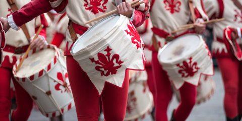 Il calcio storico fiorentino o calcio in costume, è un'antica tradizione toscana che si gioca a Firenze in Piazza Santa Croce da 500 anni