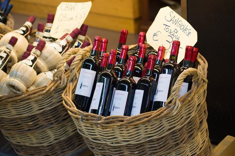 La storia d'amore tra Firenze e il vino inizia tantissimi anni fa, con l'arte dei vinattieri, l'invenzione dei fiaschi e le buchette del vino