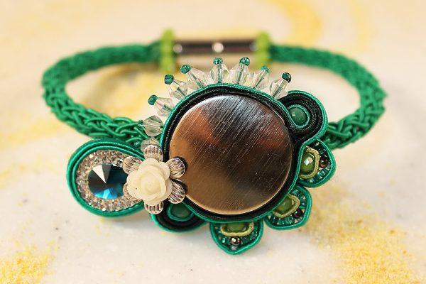 I gioelli Juebiju di Maria Rosano sono originali bijoux made in Tuscany creati con vari materiali, tra cui il legno, la pla, e con la tecnica del soutache.