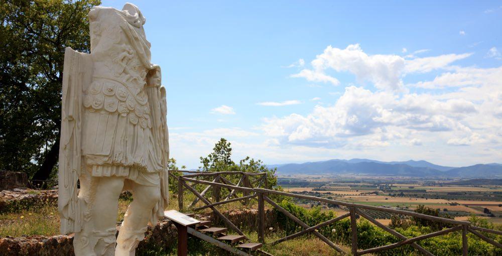 Statua romana nel sito archeologico di Roselle nella Maremma toscana vicino Grosseto