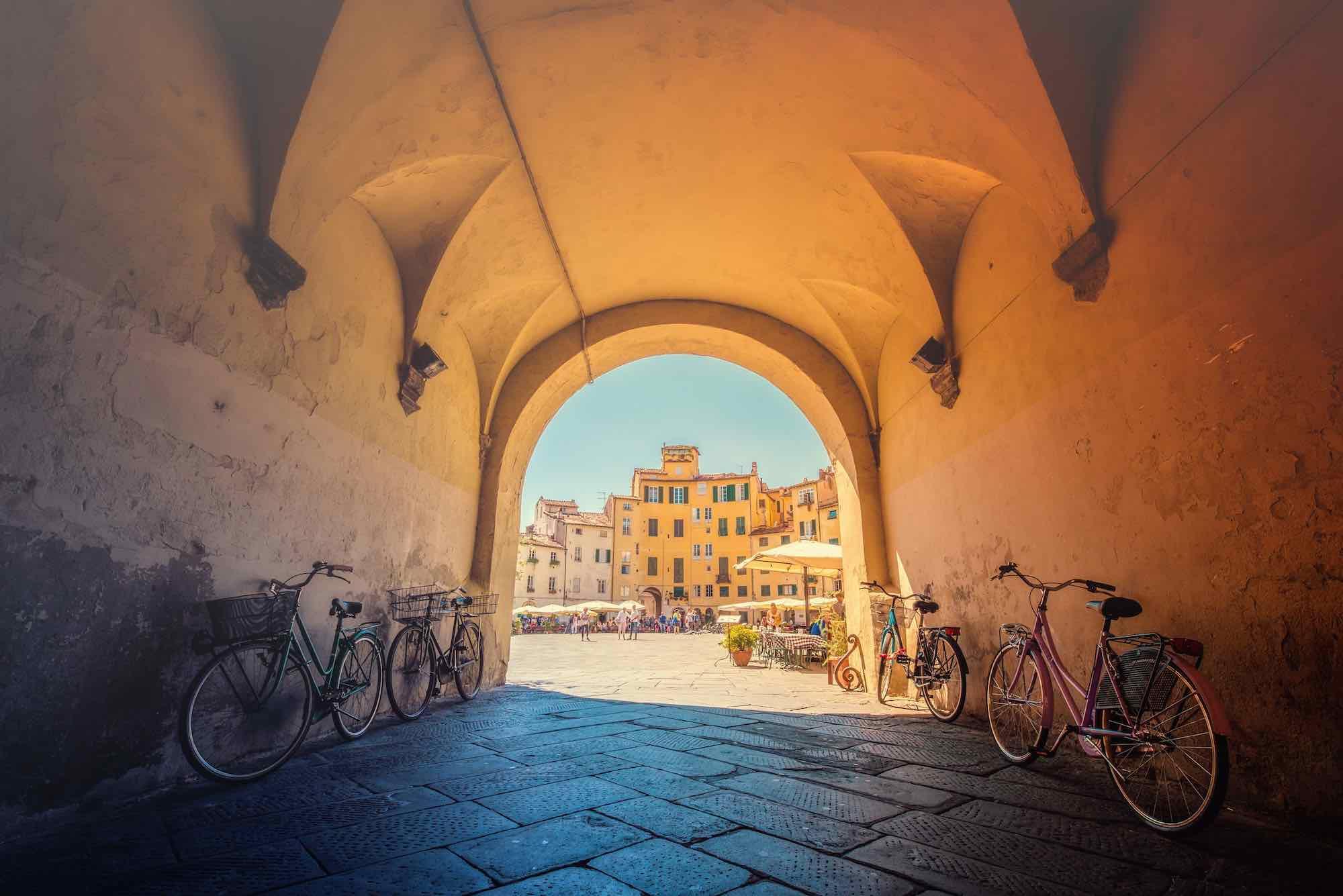 Piazza Anfiteatro a Lucca, sorta sopra le fondamenta di un anfiteatro romano, è oggi una delle più belle piazze della Toscana e simbolo della città.