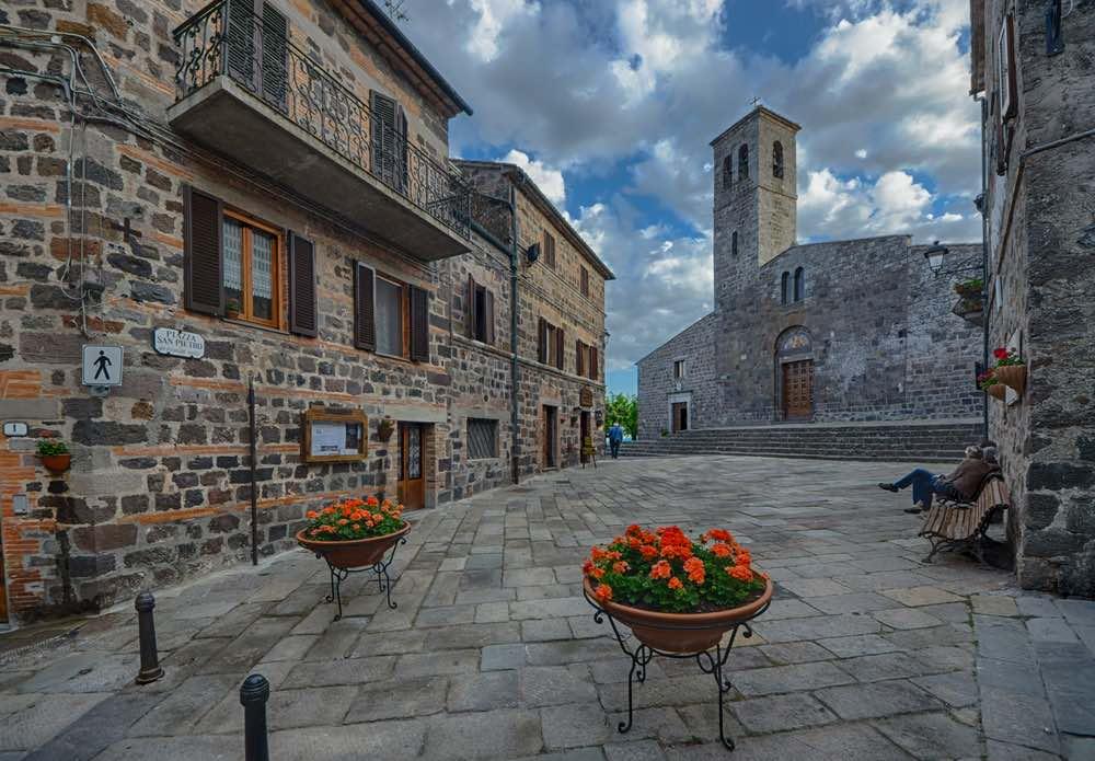 Radicofani è tra i borghi toscani più belli da visitare in provincia di Siena, con la sua posizione dominante sulla Val d'Orcia e la via Francigena