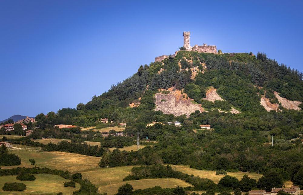 Radicofani è tra i borghi toscani più belli da visitare in provincia di Siena, con la sua posizione dominante su Val d'Orcia e via Francigena