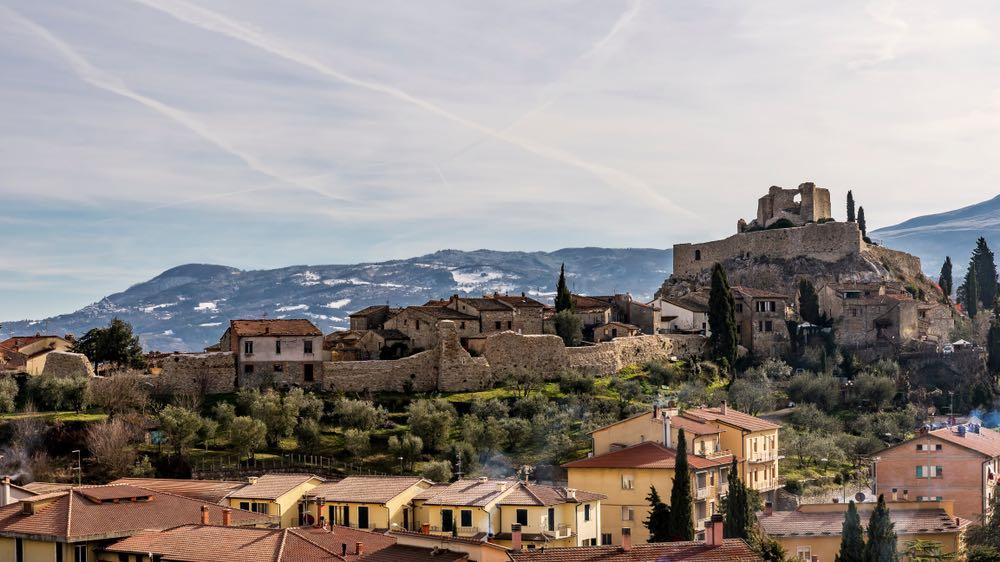 Castiglione d'Orcia è un borgo medievale in Val d'Orcia, vicino alla via Francigena, famoso per per paesaggio, terme e enogastronomia