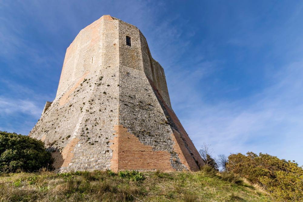 Castiglione d'Orcia è un borgo medievale in Val d'Orcia, vicino alla via Francigena, famoso per paesaggio, terme e enogastronomia