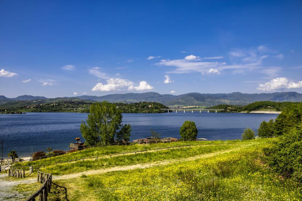 Il Lago di Bilancino è un bacino artificiale navigabile e balneabile in Mugello vicino Firenze