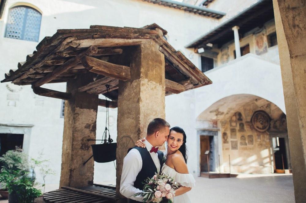 Coppia di sposi in uno dei borghi in Toscana per matrimonio preferiti dagli innamorati