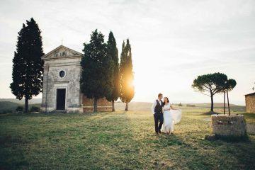 Coppia di sposi alla Cappella della Madonna Vitalete, tra i borghi in Toscana per matrimonio preferiti dagli innamorati