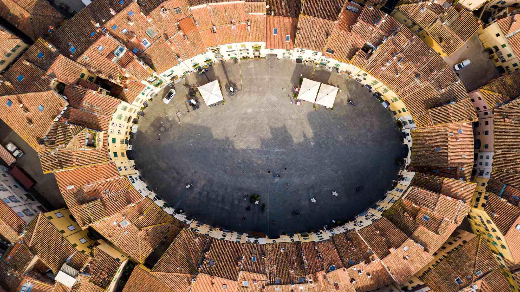 Piazza Anfiteatro a Lucca sorge su un antico anfiteatro romano ed è oggi una delle più belle piazze della Toscana.