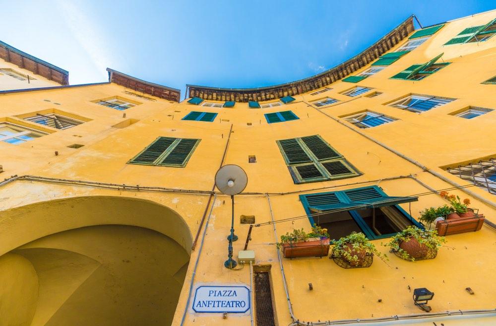 Piazza Anfiteatro a Lucca sorge su antico anfiteatro romano ed è oggi una delle più belle piazze della Toscana