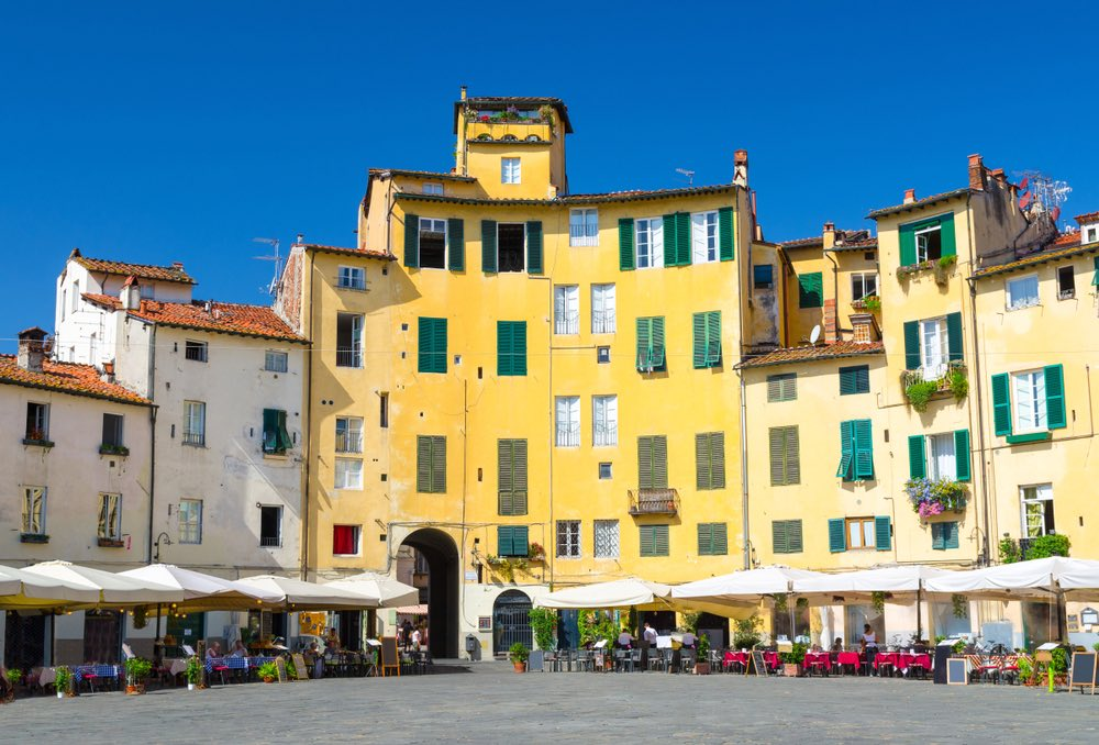 Piazza Anfiteatro a Lucca è uno dei luoghi più frequentati dai giovani della città.