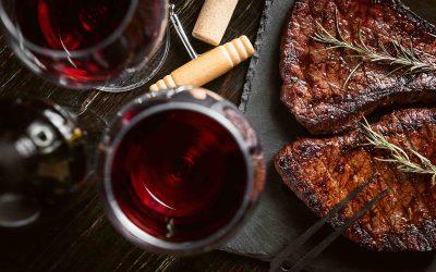 Bistecca e vino rosso è un musr delle trattorie tipiche a Firenze