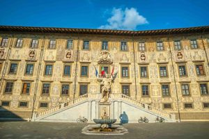 La Normale di Pisa si trova in Piazza dei Cavalieri ed è una scuola d'eccellenza in Toscana. Ma perchè la Normale di Pisa si chiama così?