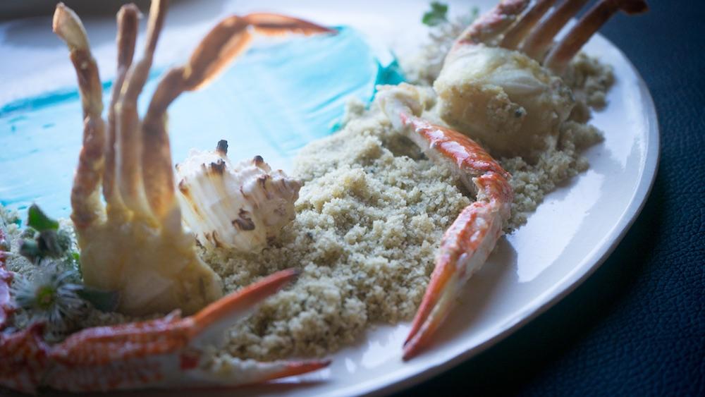 Granchi sulla spiaggia, piatto dello chef Edoardo Tilli del Podere Belvedere